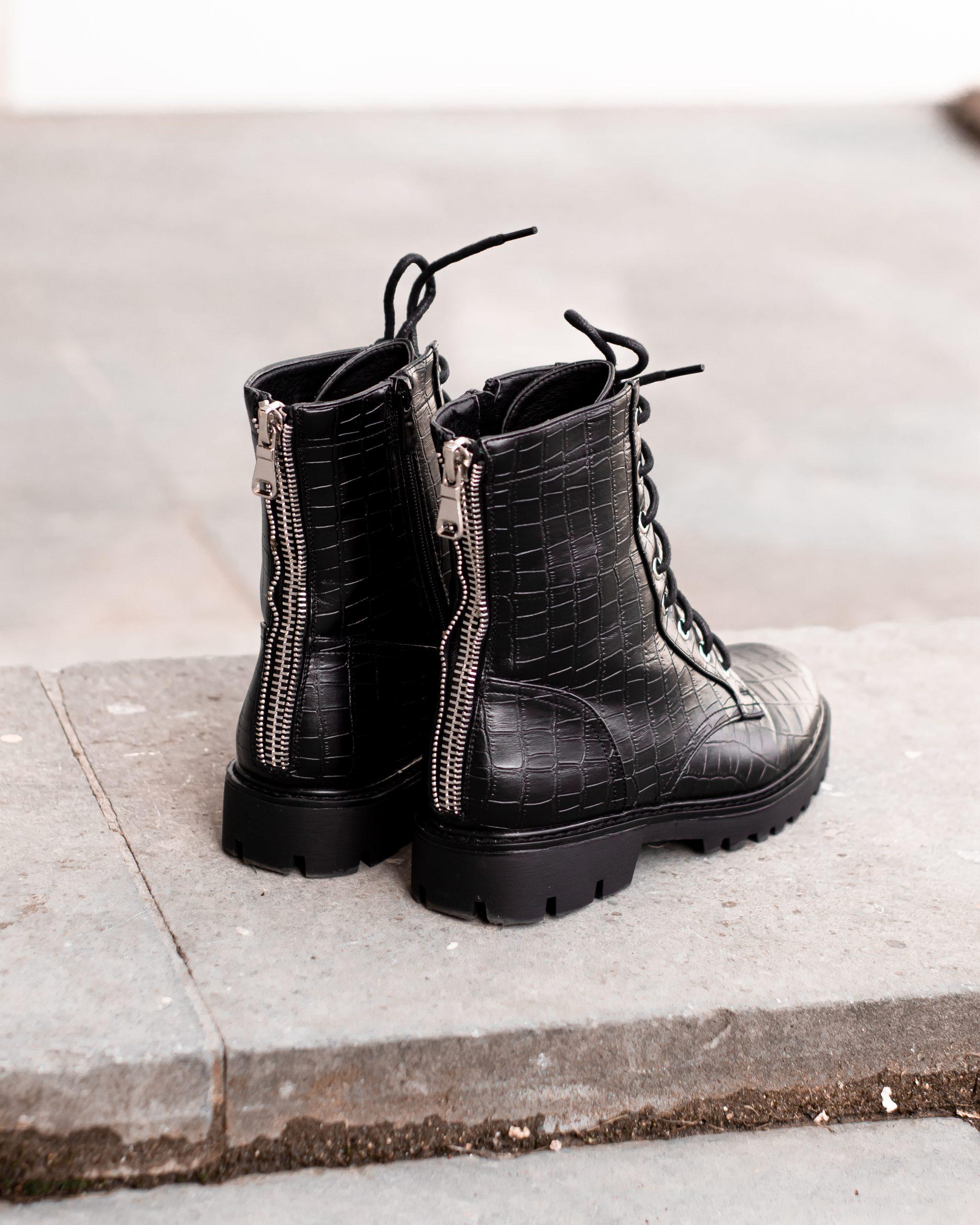 shoelevel_black_boots